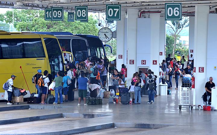 Pessoas embarcando no ônibus