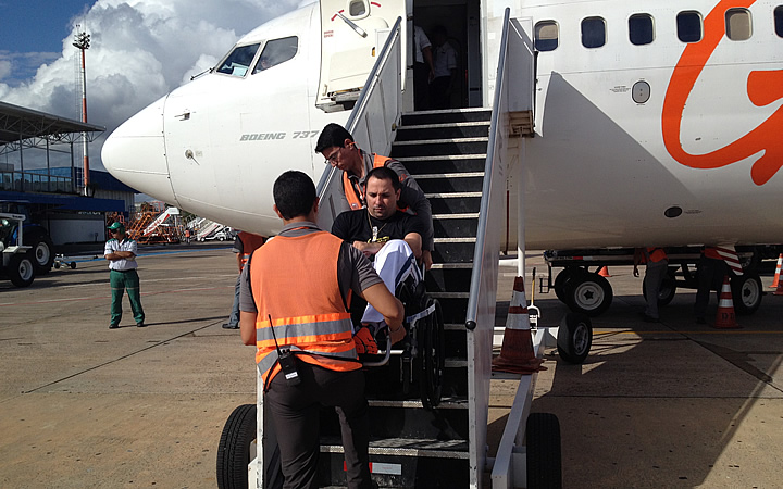 Assistência durante embarque no avião