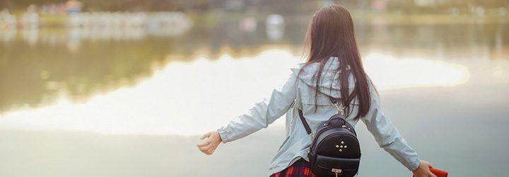 Menina em frente ao lago - viagem com criança