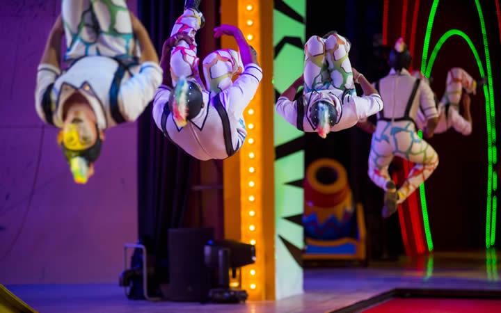 Artistas do Madagascar Circus Show atuando no Beto Carrero