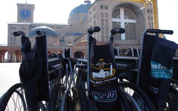 Cadeiras de roda em frente o santuário de Aparecida