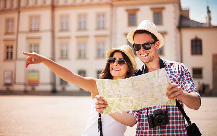 Turistas olhando o destino no mapa