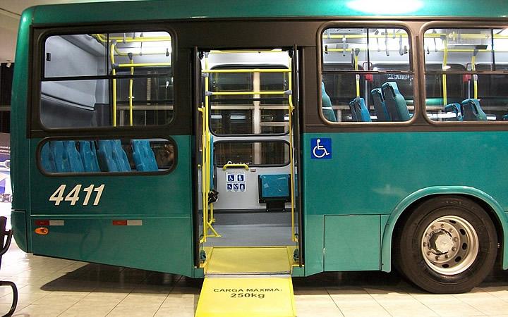 Ônibus adaptado para o transporte de passageiros com deficiência