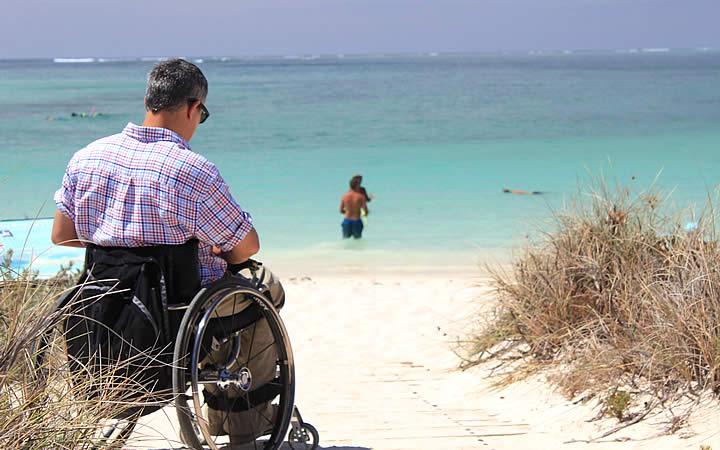 Cadeirante em uma praia