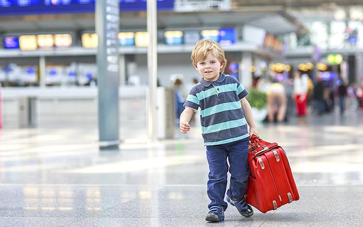 Criança Viajando sem nenhum acompanhante