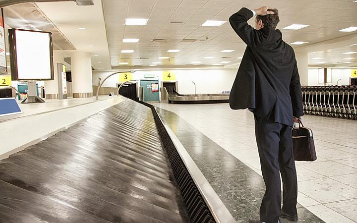 Homem preocupado com a bagagem perdida