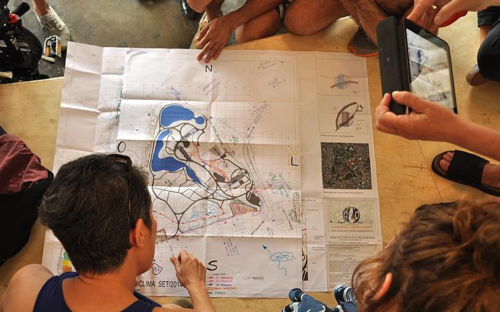 Pessoas olhando um Mapa