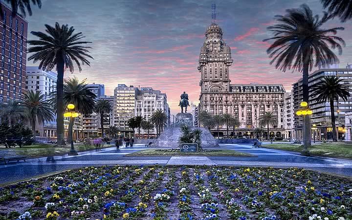 Plaza indepedencia com o edifício Palácio Salvo e a estátua de José Artigas em Montevidéu