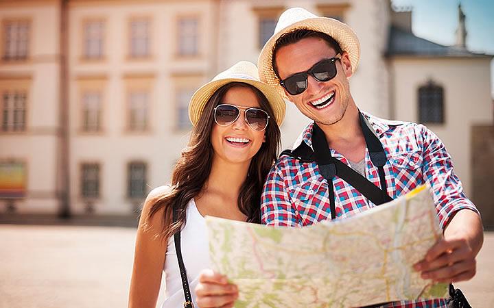 Viajantes olhando no mapa