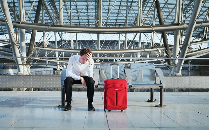 Atraso de voo internacional - Viajante esperando avião