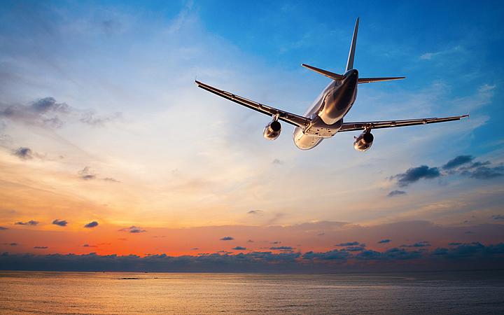 Avião voando sobre o mar