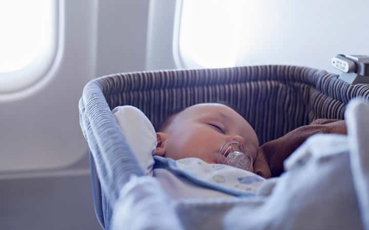 Bebê dormindo na viagem de avião