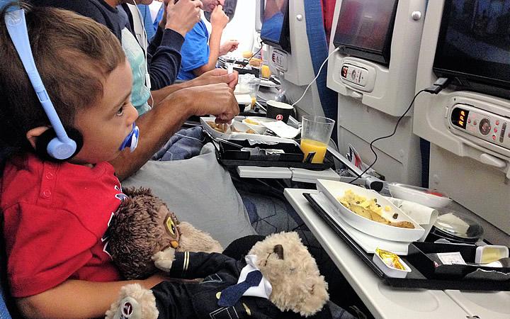 Bebê se alimentando durante o voo