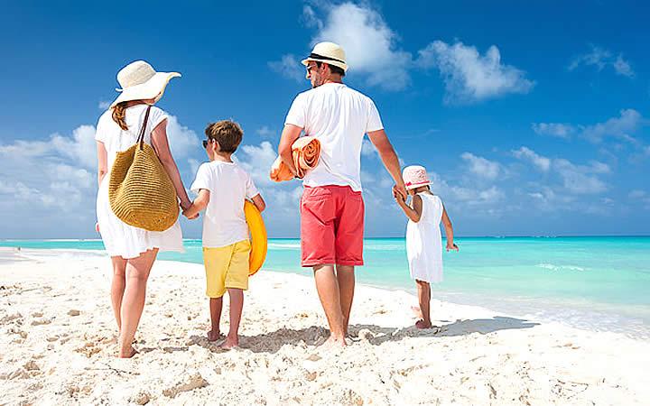 Familia passeando na praia