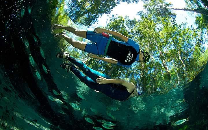 Flutuação nas águas azuis - Chapada dos Guimarães