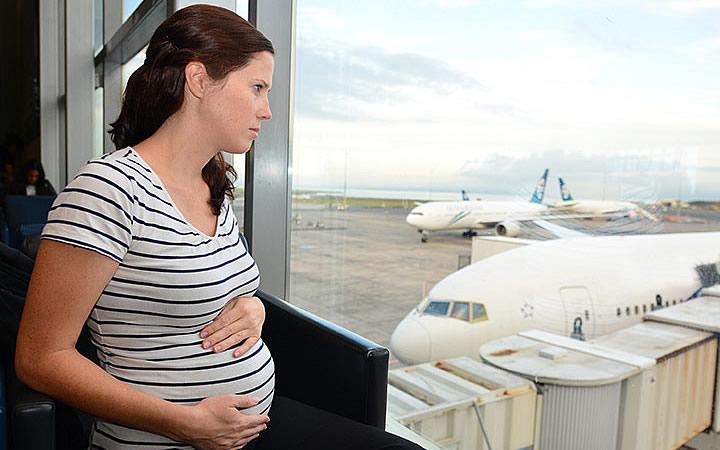 Grávida esperando voo - grávidas podem viajar de avião