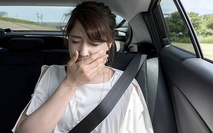Mulher enjoada no carro