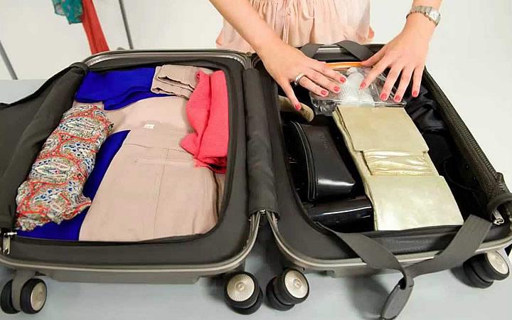 Pessoa arrumando a mala para viagem