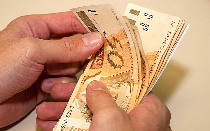 Pessoa contando dinheiro