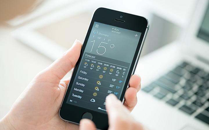 Pessoa olhando a previsão do tempo no celular