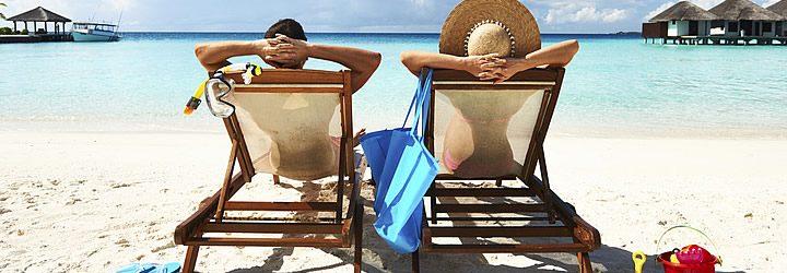 Seguro viagem - Viajantes em uma praia