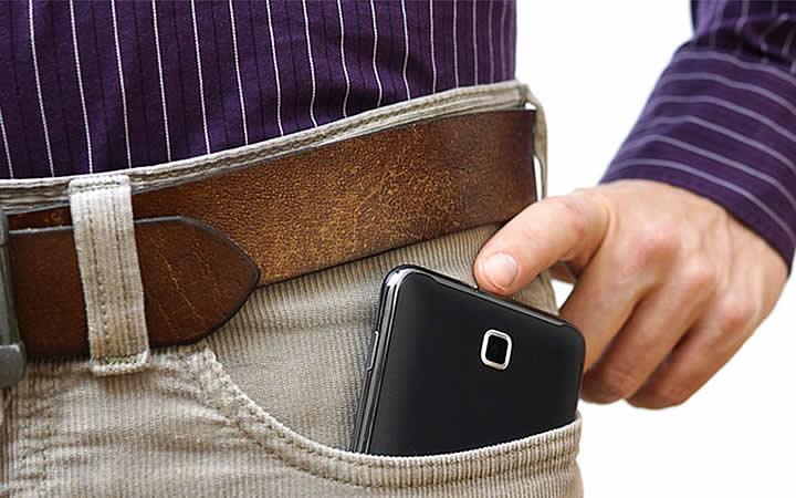 Telefone guardado no bolso