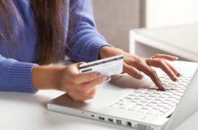 Usuária decidindo comprar passagem aérea ou de ônibus pela internet