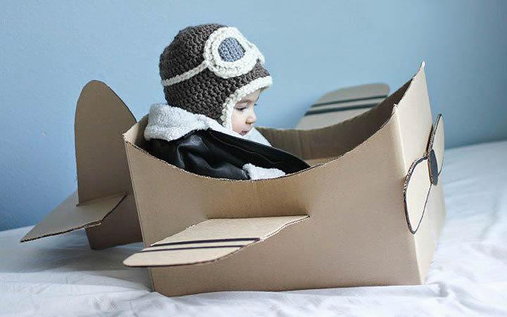 Bebê dentro de uma caixa