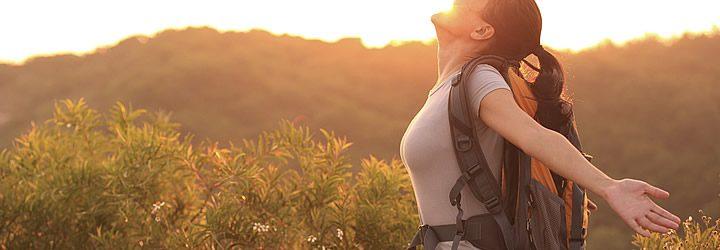 Viajante adimirando o pôr do sol