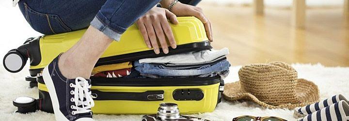Viajante arrumando um jeito de como fazer as malas para viagem