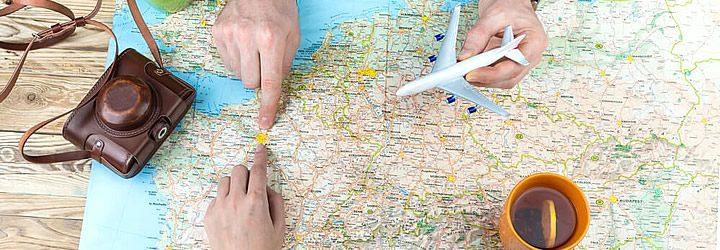 Viajantes decidindo como escolher o destino da viagem