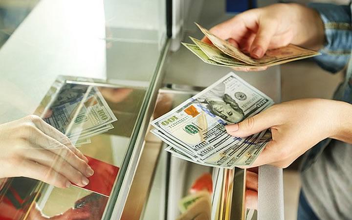 Casa de Câmbio - Pessoa Trocando dinheiro