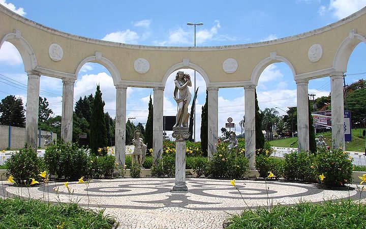 Estátua na arena do Memorial do Imigrante em Vinhedo