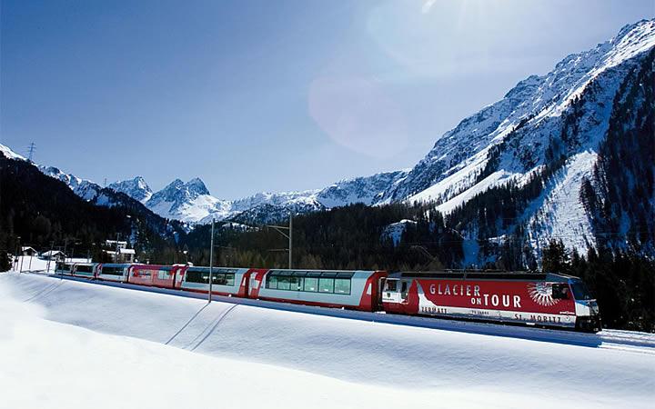 Glacier Express passando pelos Alpes Suíços