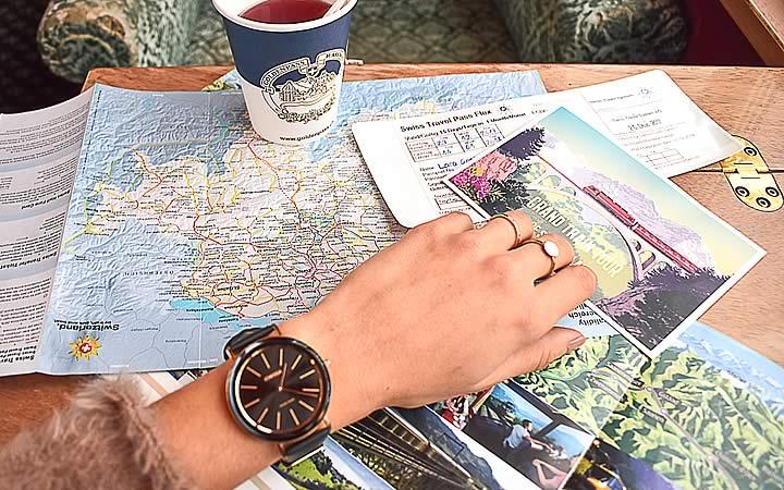 Mulher fazendo um planejamento de viagem