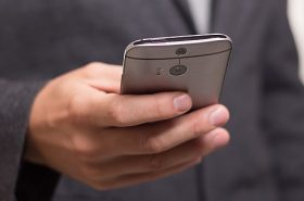 Pessoa segurando um celular - Dicas para usar o celular no exterior