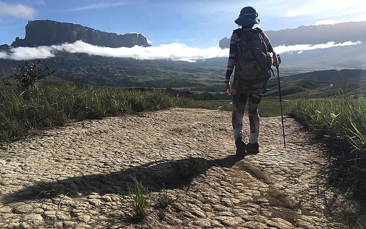 Viajante indo para o Monte Roraima