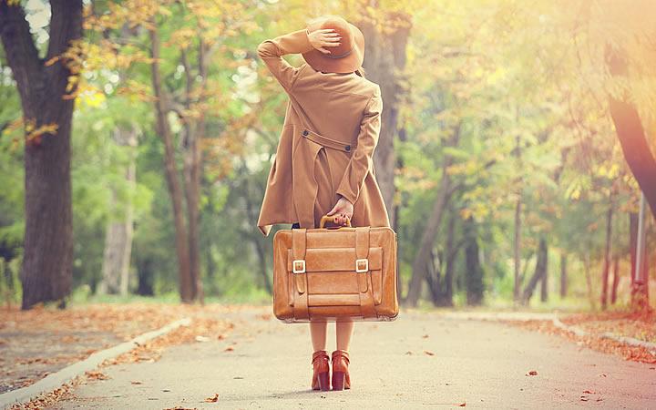 Viajante no meio da rua em plena luz do dia