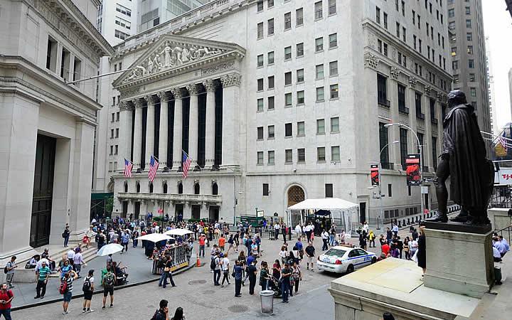 Wall Street em Nova Iorque /> Fonte: Ruebarue</p> <p>Wall Street é uma rua mundialmente conhecida por ser o coração financeiro de NY, além disso a rua está presente em diversos filmes de sucesso. Você pode fazer um passeio pela rua, e vai se deparar com diversos prédios comerciais e empresas financeiras.</p> <p>E não se esquece de tirar umas fotos com uma das melhores atrações que essa rua oferece, o touro que vira marca registrada. A escultura é enorme, feita em bronze e deve pesar pouco mais de 4 kg. O touro simboliza o poder financeiro que a rua carrega, e reza a lenda que tocar nele garante sorte e dinheiro, quem sabe dá certo, né?</p> <p><strong>+ Veja Também <a href=