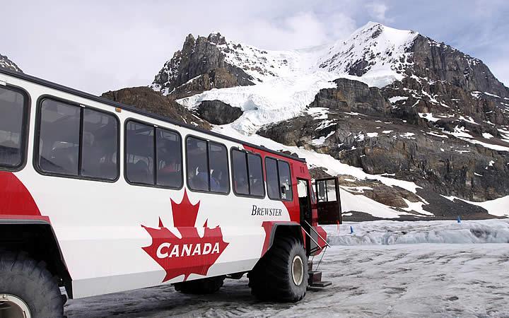 Ônibus que leva turistas ao Parque Nacional de Banff