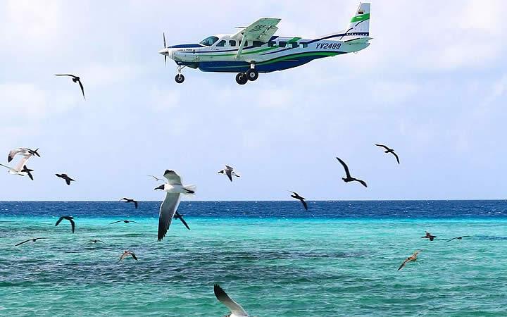 Avião chegando no aeroporto de Los Roques