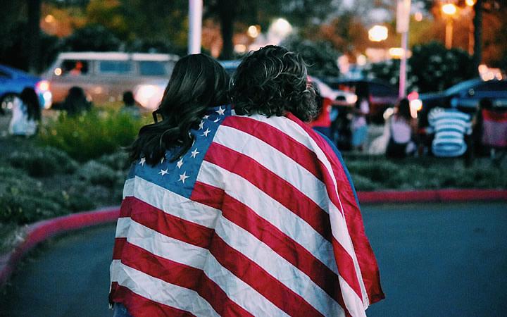 Meninas com bandeira dos Estados Unidos