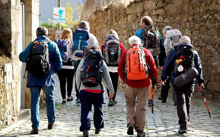Pessoas percorrendo o caminho de Santiago de Compostela