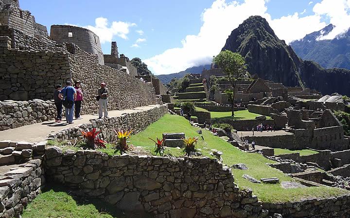 Turistas visitando Machu Picchu