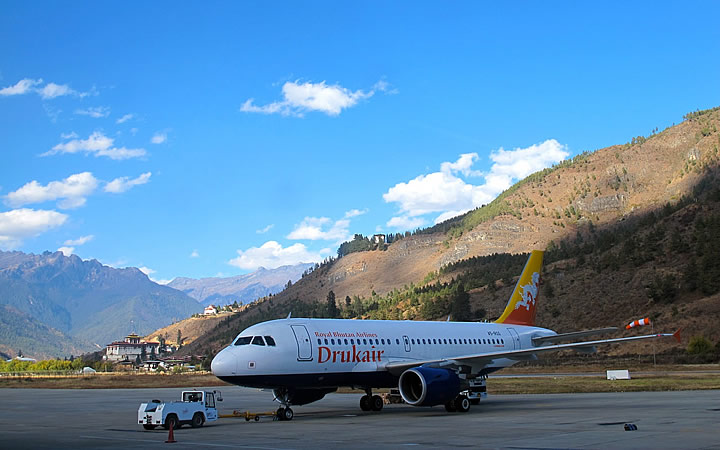 Avião parado em aeroporto - Butão