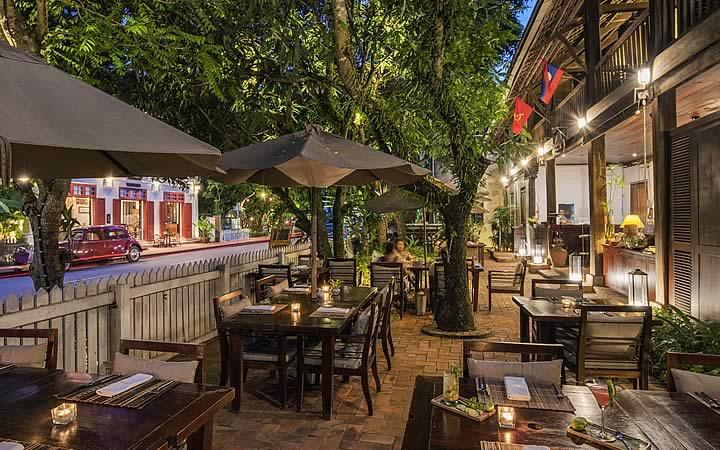 Hotel em Luang Prabang - Varanda com mesas
