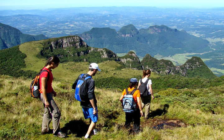 Pessoas Fazendo Trilha no Parque Nacional de São Joaquim