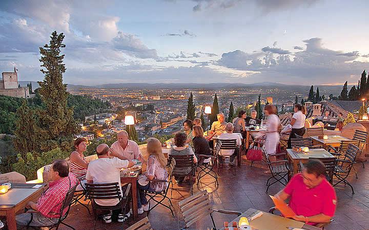 Pessoas em um restaurante - Granada, Espanha