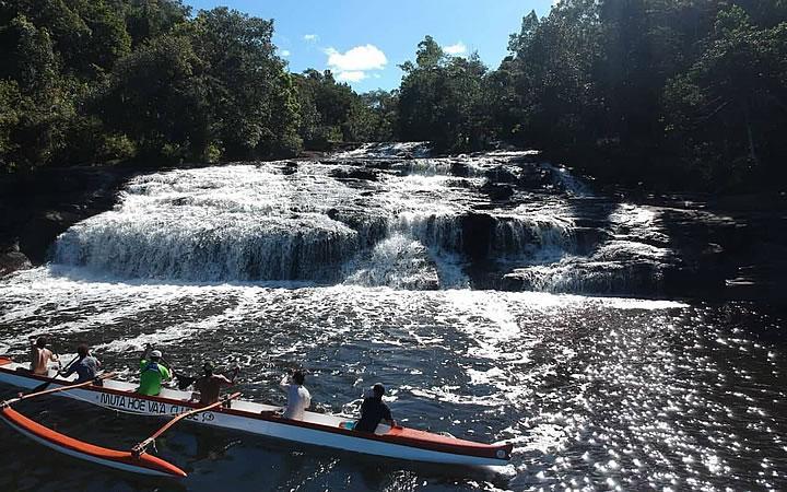 Remadores atravessando a Cachoeira do Tremembé na Baía do Camumu