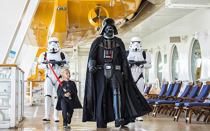 Criança passeando com Darth Vader na Disney - Star Wars